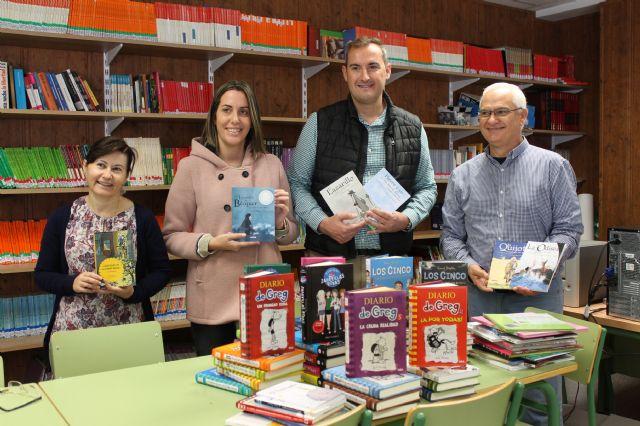 Educación dona casi un centenar de libros al Petra Sánchez Rollán - 1, Foto 1