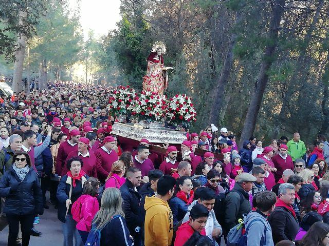 Varias miles de personas acompañan la imagen de Santa Eulalia en su tradicional romería de bajada a Totana
