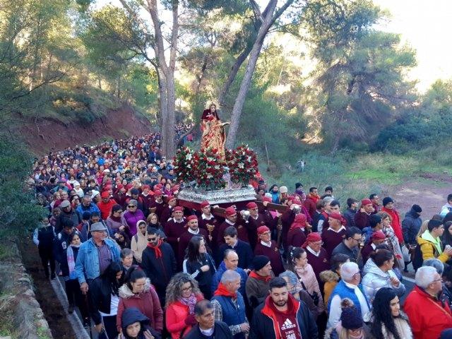 Varias miles de personas acompañan la imagen de Santa Eulalia en su tradicional romería de bajada a Totana.