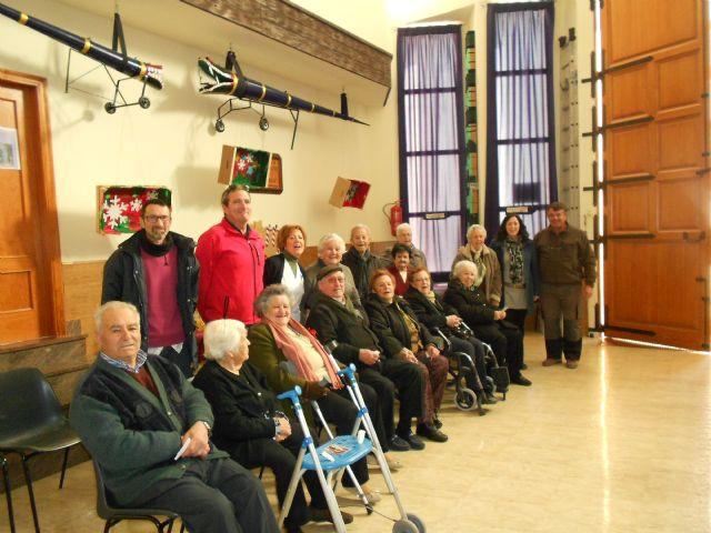 El Centro de Día de Personas Mayores de Totana visita el IV Belén solidario de la Hermandad de la Verónica, Foto 1