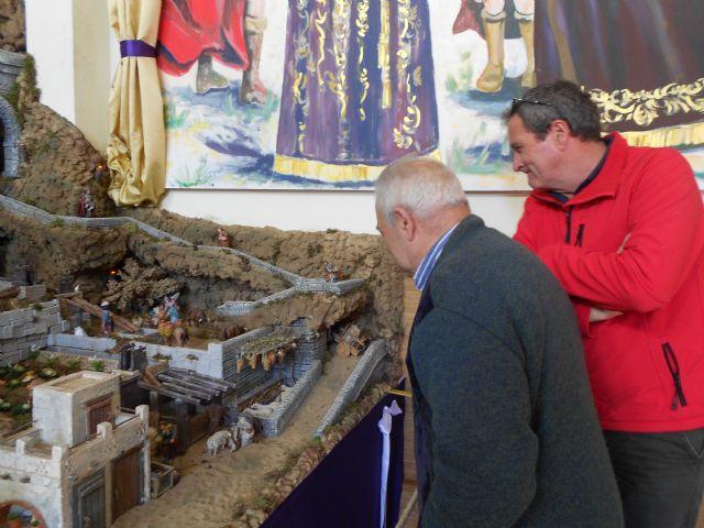 El Centro de Día de Personas Mayores de Totana visita el IV Belén solidario de la Hermandad de la Verónica, Foto 2