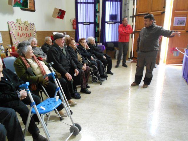 El Centro de Día de Personas Mayores de Totana visita el IV Belén solidario de la Hermandad de la Verónica, Foto 4