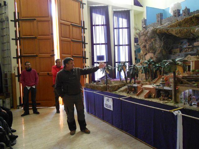 El Centro de Día de Personas Mayores de Totana visita el IV Belén solidario de la Hermandad de la Verónica, Foto 5