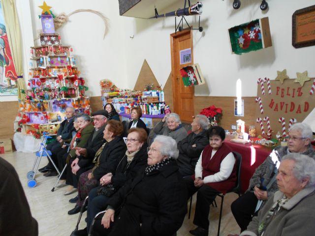 El Centro de Día de Personas Mayores de Totana visita el IV Belén solidario de la Hermandad de la Verónica, Foto 6