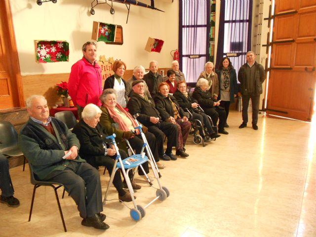 El Centro de Día de Personas Mayores de Totana visita el IV Belén solidario de la Hermandad de la Verónica, Foto 7