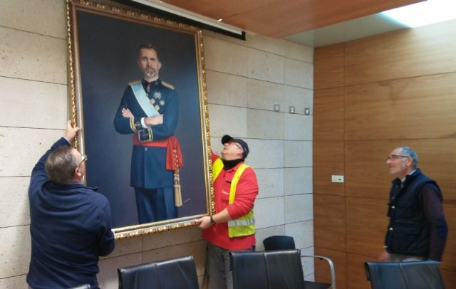 The painting of King Felipe VI is temporarily transferred by a neighbor of Totana on the occasion of the celebration of the Centennial of the City 1918-2018 - 1