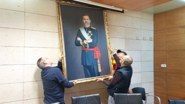 The painting of King Felipe VI is temporarily transferred by a neighbor of Totana on the occasion of the celebration of the Centennial of the City 1918-2018 - 2