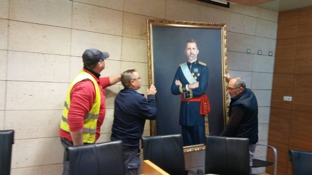 The painting of King Felipe VI is temporarily transferred by a neighbor of Totana on the occasion of the celebration of the Centennial of the City 1918-2018 - 3