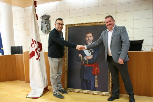 The painting of King Felipe VI is temporarily transferred by a neighbor of Totana on the occasion of the celebration of the Centennial of the City 1918-2018 - 4