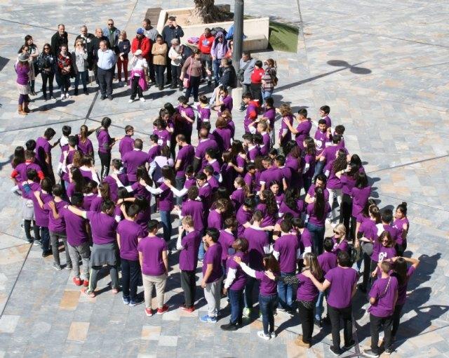 """Los estudiantes laten por la Igualdad organizando un corazón humano en la plaza de la Balsa Vieja a través de la actividad de sensibilización """"Latidos con igualdad"""", Foto 1"""