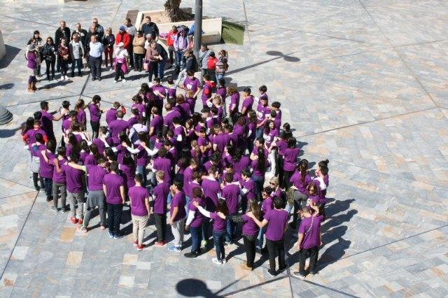 """Los estudiantes laten por la Igualdad organizando un corazón humano en la plaza de la Balsa Vieja a través de la actividad de sensibilización """"Latidos con igualdad"""", Foto 2"""