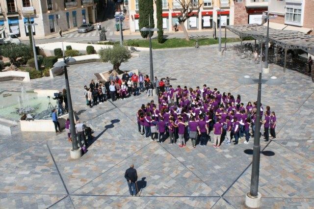 """Los estudiantes laten por la Igualdad organizando un corazón humano en la plaza de la Balsa Vieja a través de la actividad de sensibilización """"Latidos con igualdad"""", Foto 3"""