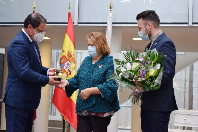 Socorro Barcelona recibe su galardón como