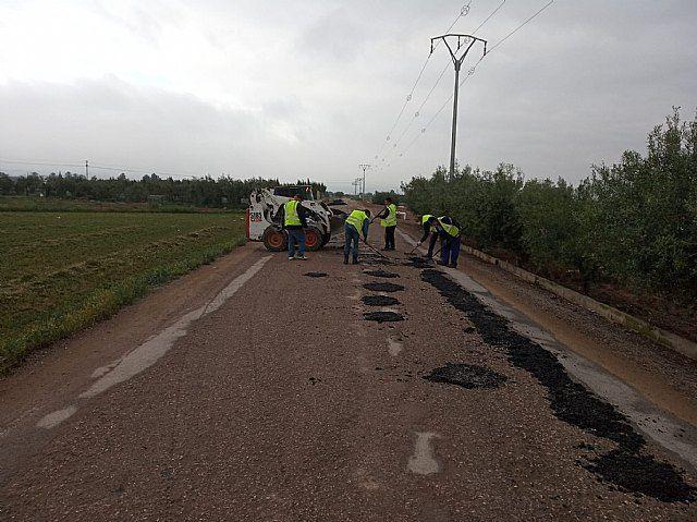 El Equipo de Gobierno de Ganar Totana-IU realiza trabajos de asfaltado, parcheo y desbroce en caminos rurales