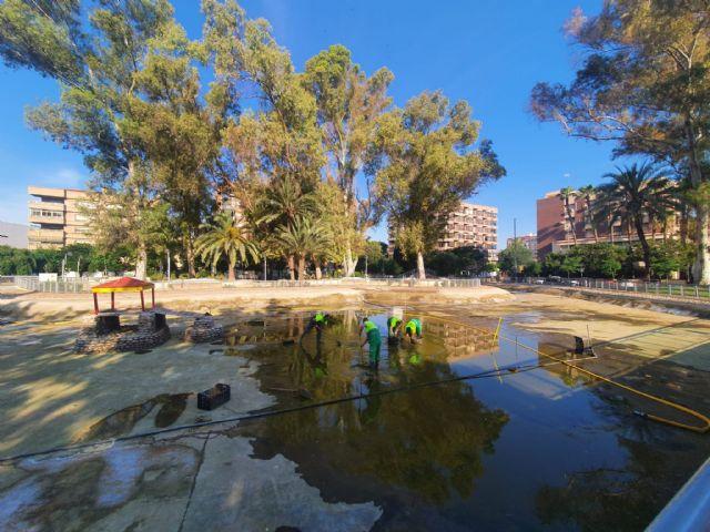 Finalizados los trabajos de vaciado, limpieza y desinfección del lago del jardín del Salitre - 2, Foto 2