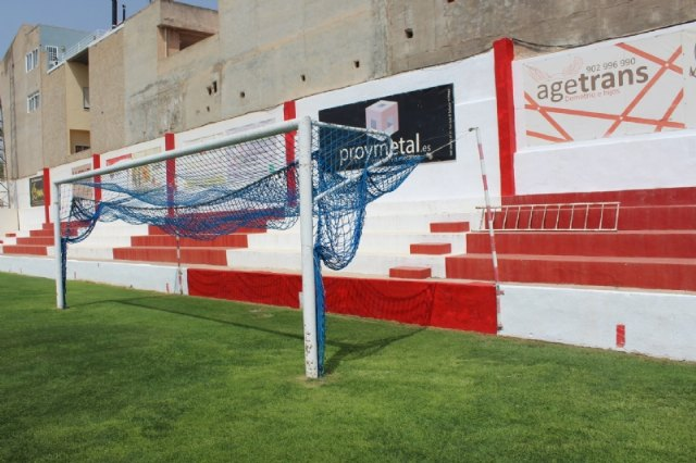 They repainted the interior enclosure of the municipal stadium 'Juan Cayuela' and carry out maintenance work during confinement