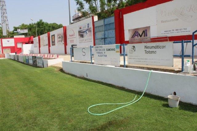 """Repintan el recinto interior del estadio municipal """"Juan Cayuela"""" y realizan trabajos de mantenimiento durante el confinamiento - 2, Foto 2"""