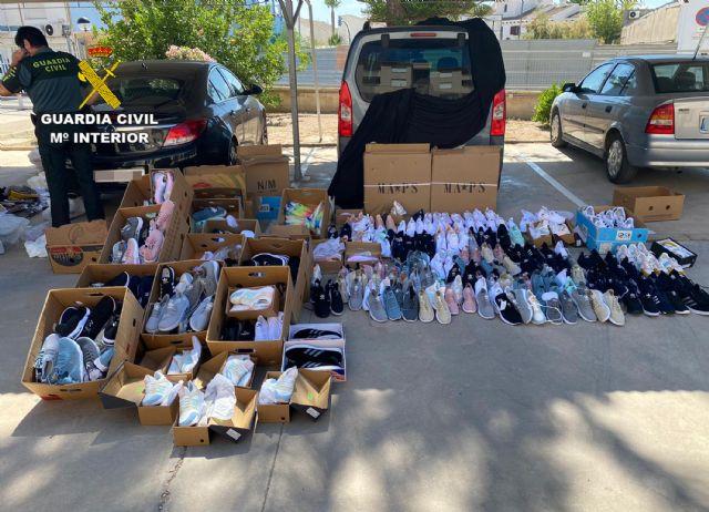 La Guardia Civil incauta cerca de medio millar de productos falsificados en San Javier - 1, Foto 1