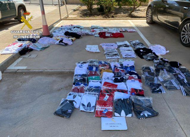 La Guardia Civil incauta cerca de medio millar de productos falsificados en San Javier - 2, Foto 2