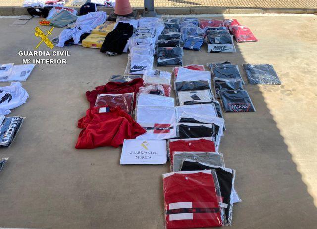 La Guardia Civil incauta cerca de medio millar de productos falsificados en San Javier - 3, Foto 3