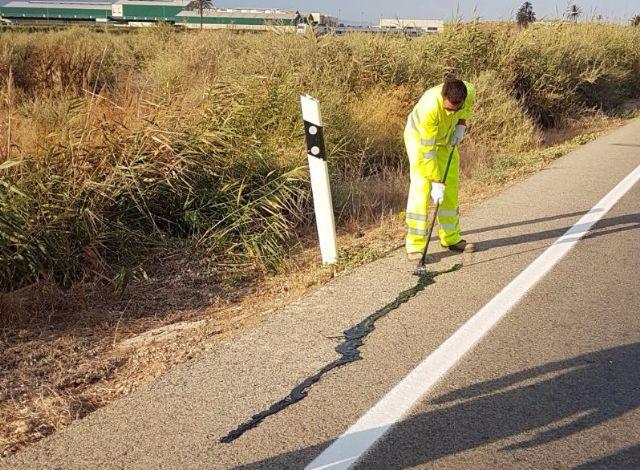 El Ayuntamiento repara las grietas en diversas carreteras de Alhama, Foto 1