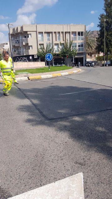 El Ayuntamiento repara las grietas en diversas carreteras de Alhama, Foto 2
