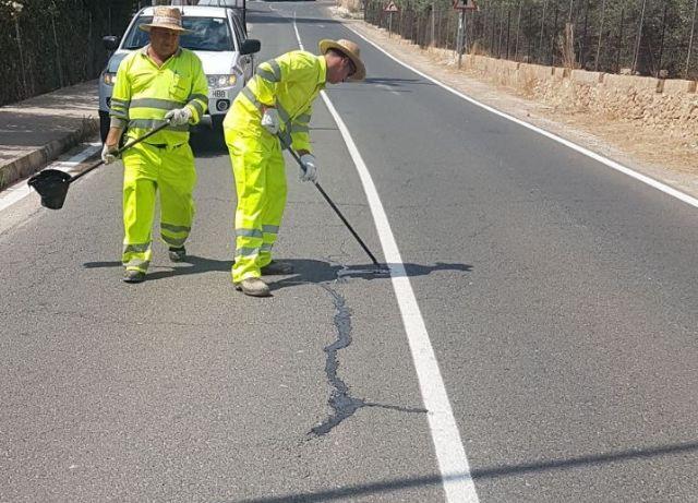 El Ayuntamiento repara las grietas en diversas carreteras de Alhama, Foto 4