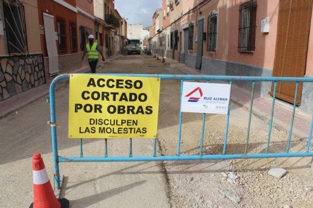 Continúan a buen ritmo las obras de renovación de los servicios y pavimentación en la calle Romualdo López Cánovas