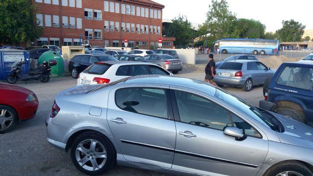 Decenas de familias de Campillo afectadas por el colapso del tráfico en su colegio, al hacer coincidir el alcalde el inicio de las obras del aparcamiento con el comienzo del curso escolar - 2, Foto 2