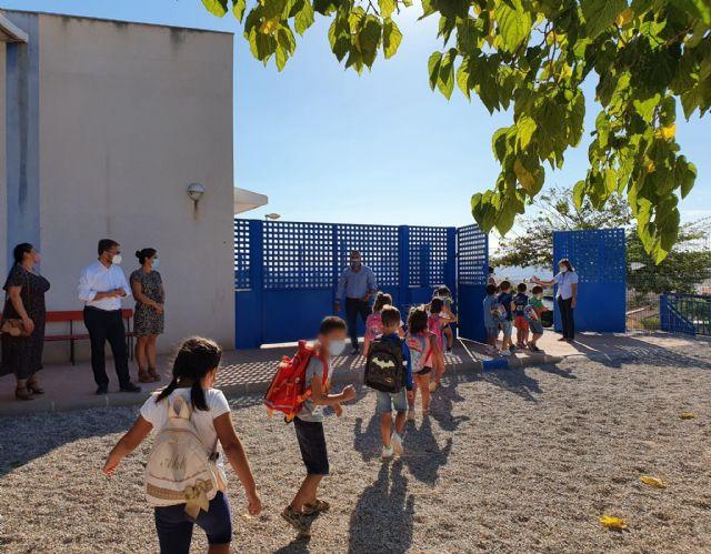 El alcalde de Lorca asiste al inicio de un nuevo curso escolar que  recupera la presencialidad en las aulas pero que sigue marcado por la pandemia sanitaria de COVID-19 - 1, Foto 1