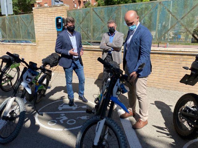 La Policía Local estrena tres nuevos puntos de recarga para vehículos eléctricos en el cuartel de El Infante - 1, Foto 1