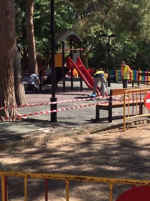 The playground of the municipal park is closed from today for the dismantling of the infrastructures and for the imminent beginning of the works of improvement of the enclosure, Foto 2