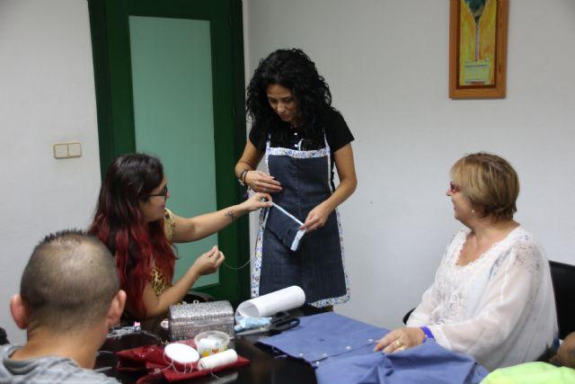 Una docena de alumnos se inicia en la costura con el proyecto