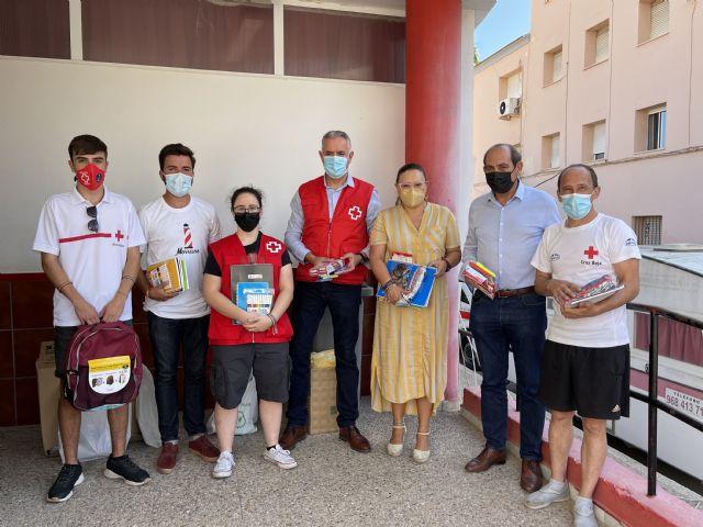 NNGG Águilas entrega a Cruz Roja todo el material escolar recogido en la Plaza de España - 1, Foto 1