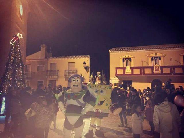 Los muñecos solidarios de la Peña Barcelonista de Totana participan en la cabalgata de Reyes del municipio de Aledo, Foto 2