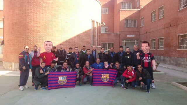 Los muñecos solidarios de la Peña Barcelonista de Totana visitan el Centro Penitenciario Murcia I con motivo de la festividad de Reyes, Foto 1