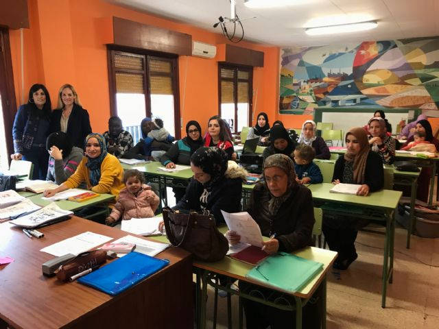 60 personas aprenden español para facilitar su integración en el municipio - 3, Foto 3