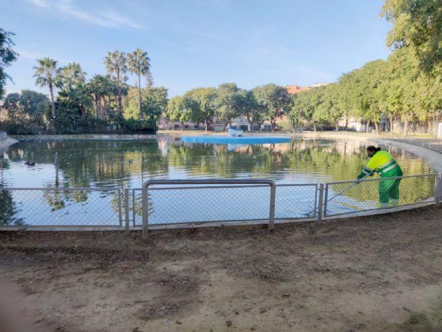 El Ayuntamiento trabaja en el mantenimiento de los más de 3.000 metros cuadrados del lago del Infante - 1, Foto 1