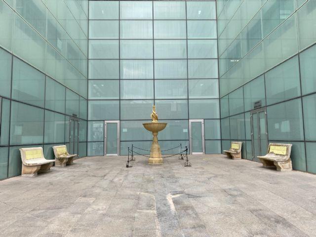 La Fuente restaurada y los Bancos de la Plaza del Ayuntamiento se ubican en el patio del Ayuntamiento - 2, Foto 2