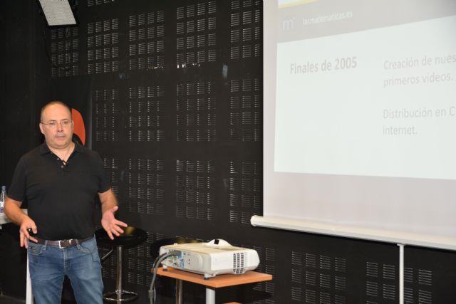 Un profesor apoya con sus vídeos de matemáticas a quienes se han quedado sin clase por el coronavirus - 1, Foto 1