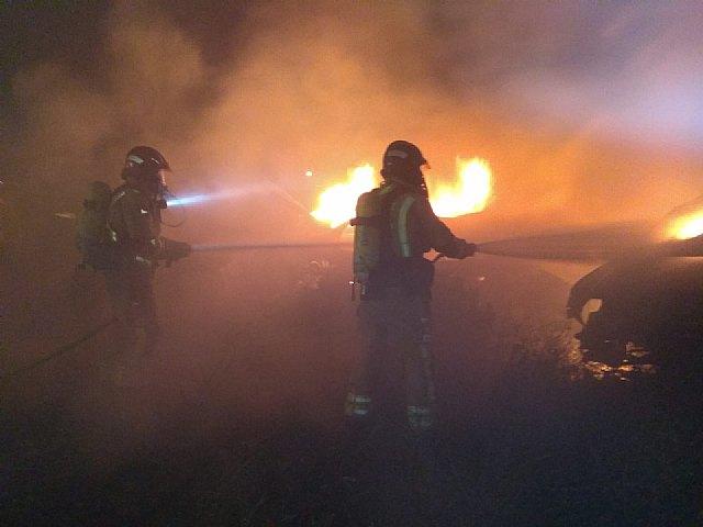 Bomberos del CEIS apagaron esta madrugada el incendio de varios vehículos desguazados en un solar de Los Torraos - 1, Foto 1