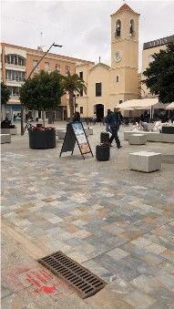 Una campaña medioambiental alerta sobre los residuos que llegan al mar con mensajes en imbornales del municipio - 1, Foto 1