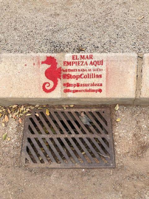 Una campaña medioambiental alerta sobre los residuos que llegan al mar con mensajes en imbornales del municipio - 3, Foto 3