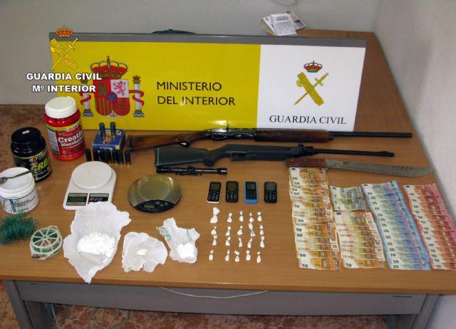 Detenido en Totana por tráfico y cultivo de drogas, tenencia ilícita de armas, robo y defraudación de fluido eléctrico, Foto 2