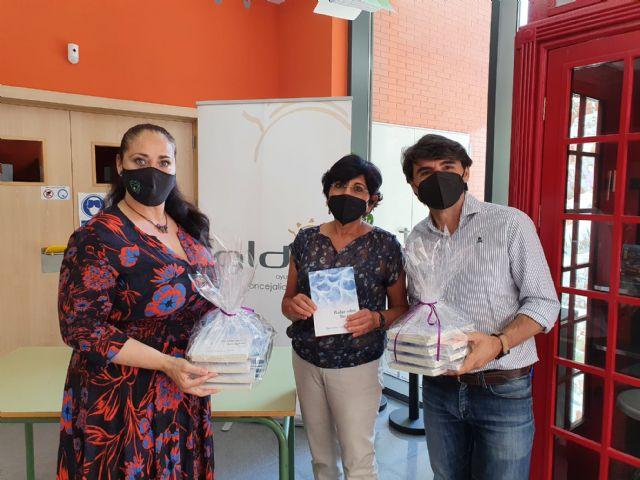 El Ayuntamiento de Lorca y la escritora María Jesús Caro donan 500 ejemplares del poemario 'Bailar sobre las aguas' a los centros de educación secundaria del municipio - 1, Foto 1