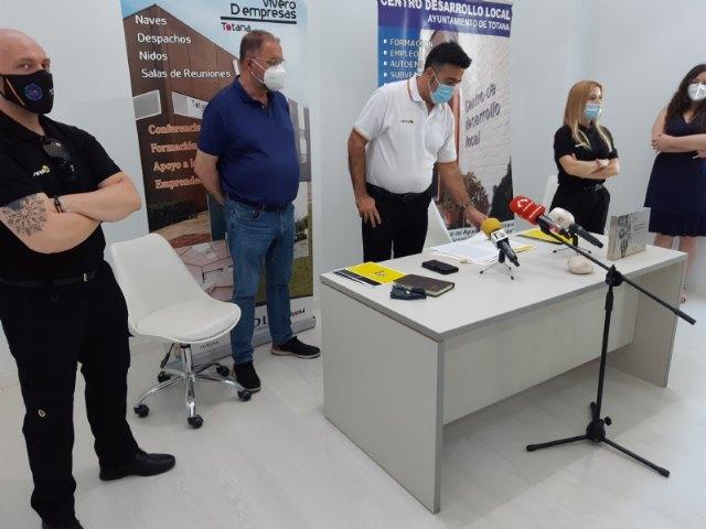 Suscriben un nuevo contrato con un emprendedor que dedicará su actividad a la gestión y servicios de conserjería y control de accesos en el Vivero de Empresas, Foto 3