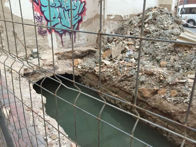 El PSOE pregunta a Ballesta si permitir una acequia abierta y rodeada de escombros forma parte del proyecto ADN del Barrio del Carmen - 1, Foto 1
