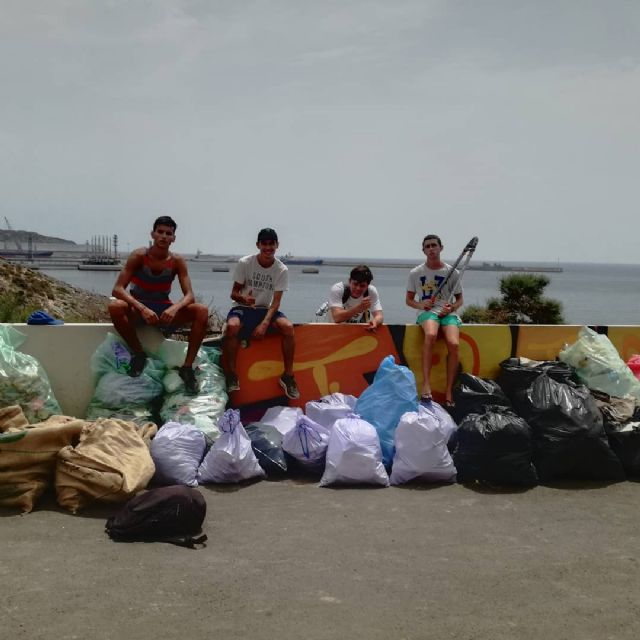 Un alumno de la UPCT impulsa un grupo juvenil de recogida de basura en playas - 1, Foto 1
