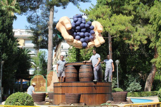 La Fuente del Vino 2018 representa unas manos sacando el grado de la uva por sistema tradicional - 1, Foto 1