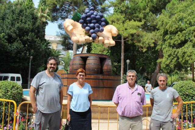 La Fuente del Vino 2018 representa unas manos sacando el grado de la uva por sistema tradicional - 3, Foto 3